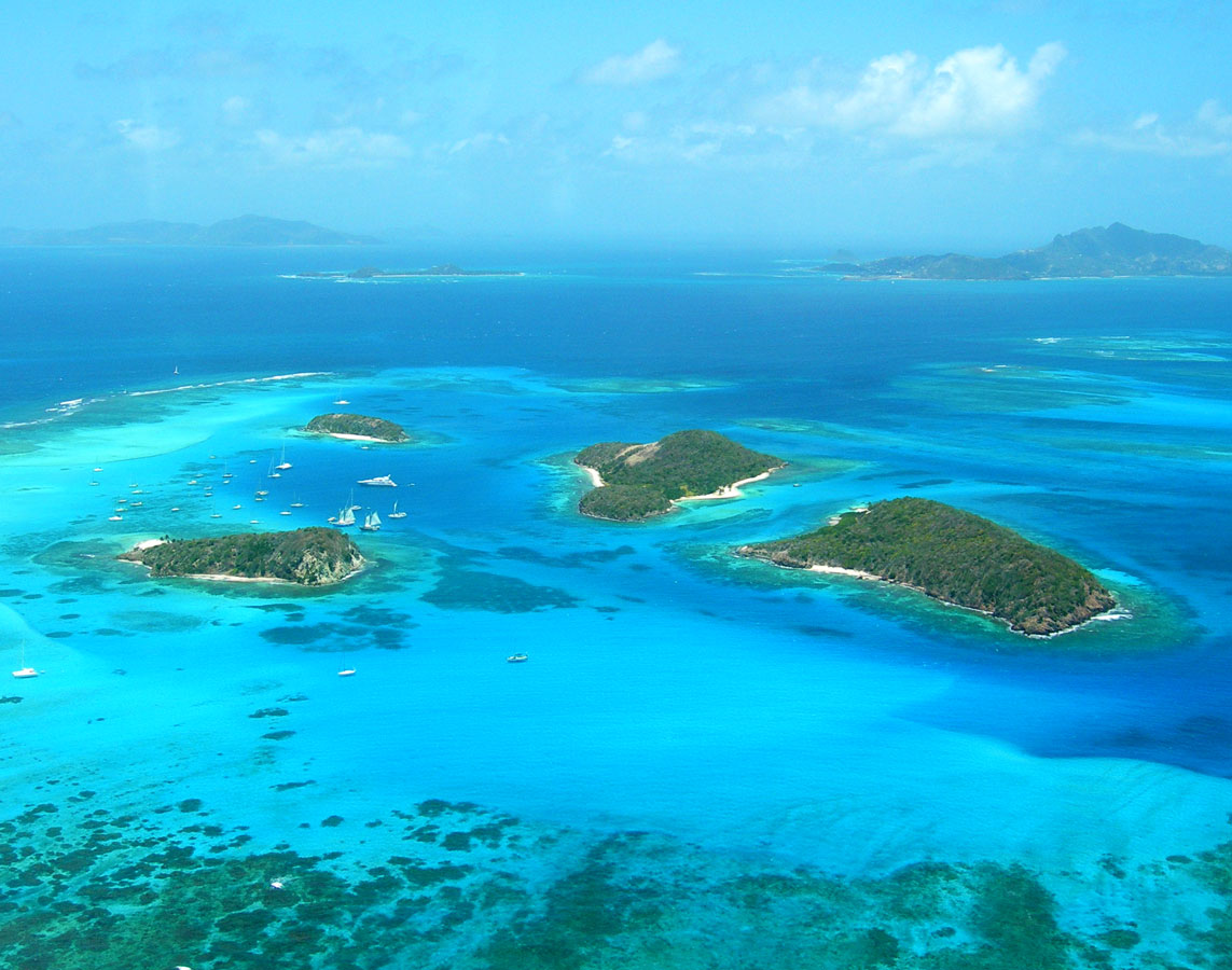 A small chain of reef islands in the Caribbean surrounded by coral reefs - Swimming with turtles in the Tobago Cays