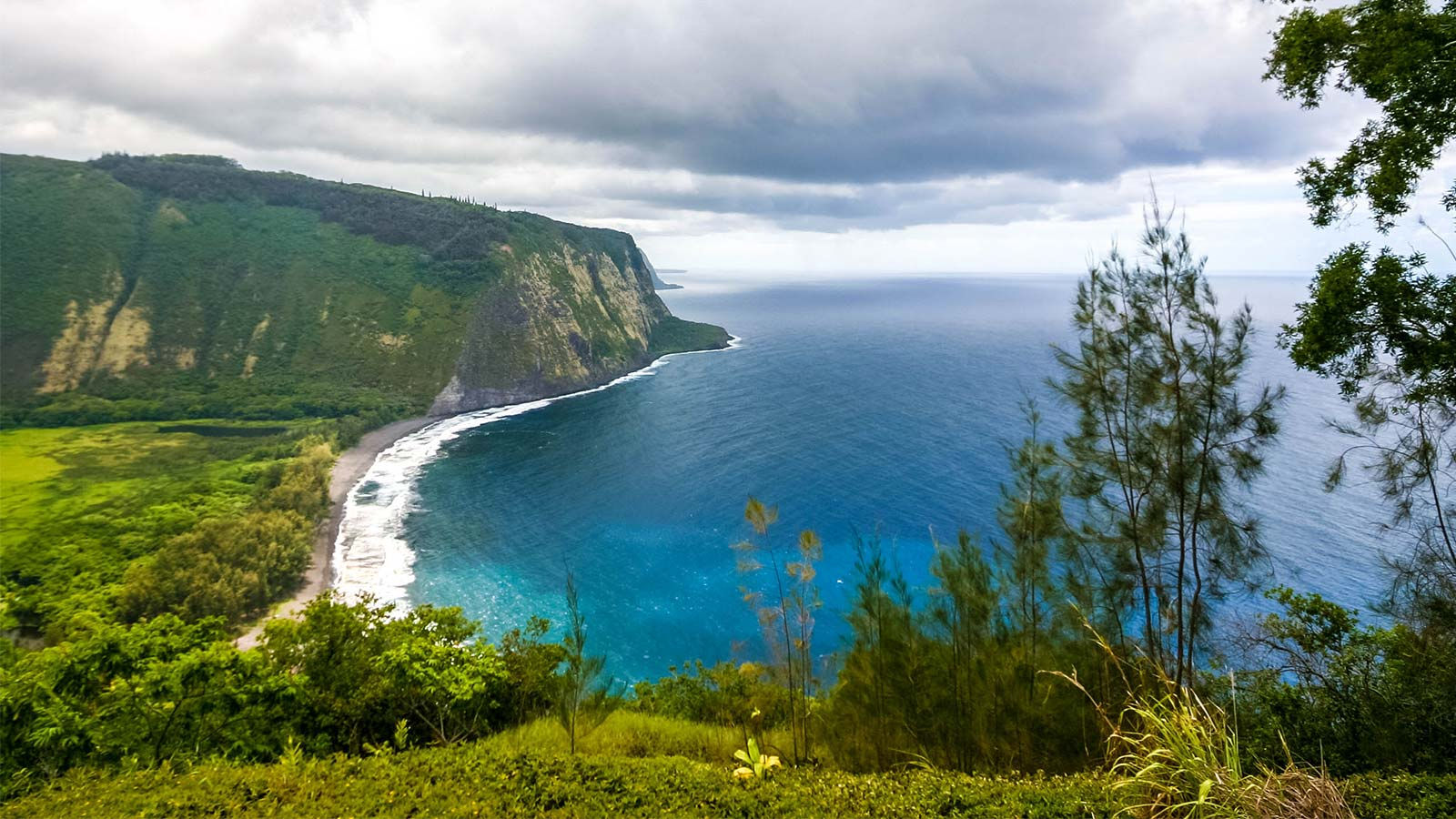 From waterfalls to volcanoes and everything in between. Experiencing this 7 day Big Island itinerary will give you a taste of what this island has to offer!